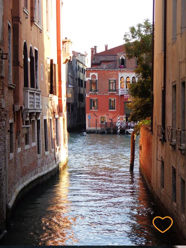 Um canal passando entre dois prédios.