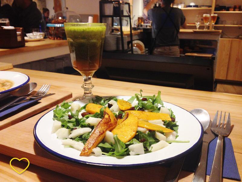 Suco detox verde e salada de abóbora, queijo, passas e rúcula.