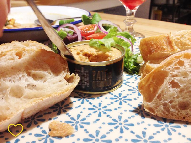 Lata do patê, salada e pão.