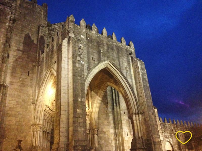 Catedral de Tui iluminada no início da noite. Céu azul escuro e bem brilhante.