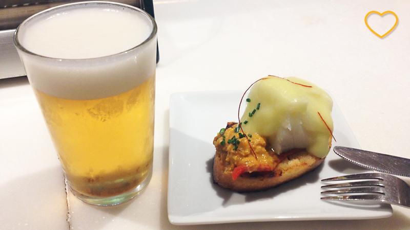 Um copo de cerveja (zurito) e um pintxo.