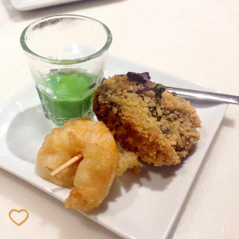 Pintxo de croquete de chipirón (uma espécie de molusco), camarão empanado e molho de salsinha.