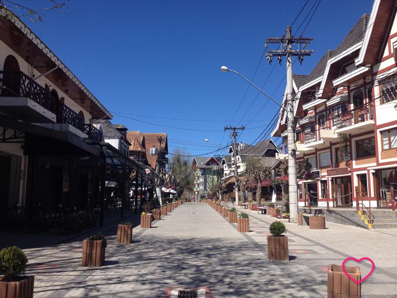 Uma das ruas principais, repleta de casinhas comerciais construídas ao estilo de montanha.
