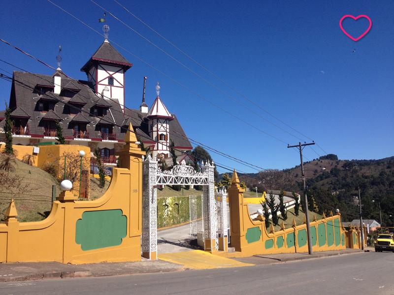 Uma grande edificação, provavelmente um hotel, bem ao estilo de casa de montanha.