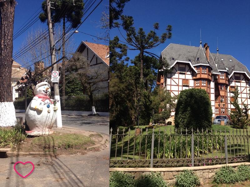 Duas fotos juntas: uma é de um boneco-de-neve como decoração da cidade e a outra mostra mais uma casa ao estilo de montanha. Ta,bém podem ser vistas araucárias, árvores típicas da região.