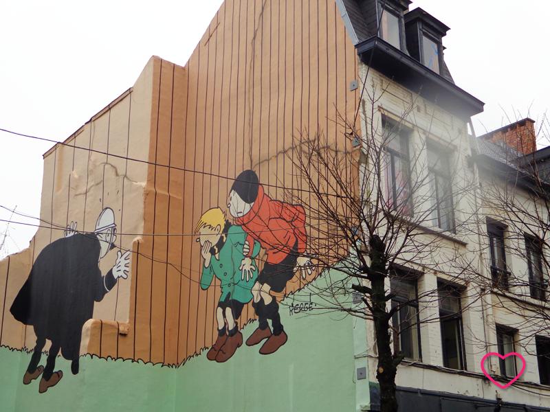 Prede externa de uma casa decorada com grafite, mostrando personagens de Hergé.