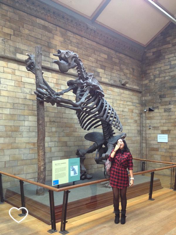 Eu, fingindo um bocejo, ao lado de uma representação de fóssil de megaterium, a preguiça gigante.