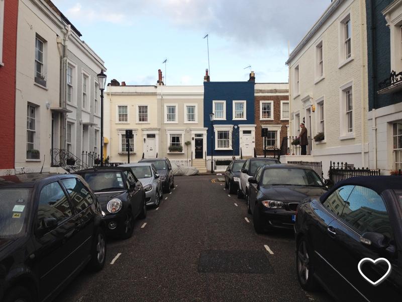 Um morador de Notting Hill verifica se está chovendo.