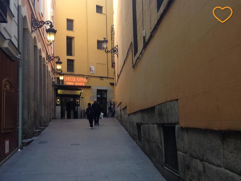 Uma ruela de pedestres. No final está a Chocolatería San Ginés.