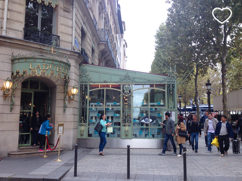 A confeitaria Laduree, na Champs Elysees.