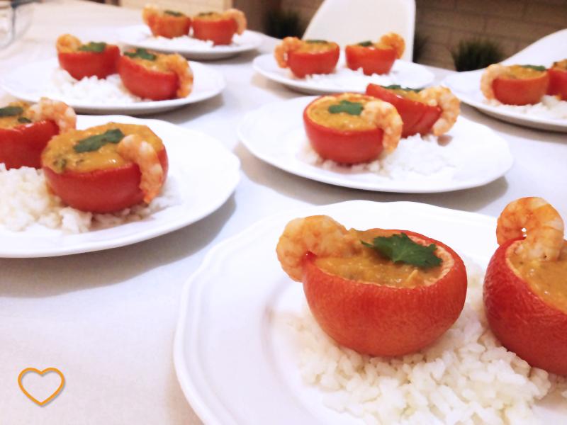 Vários bobós de camarão em tomates juntos.