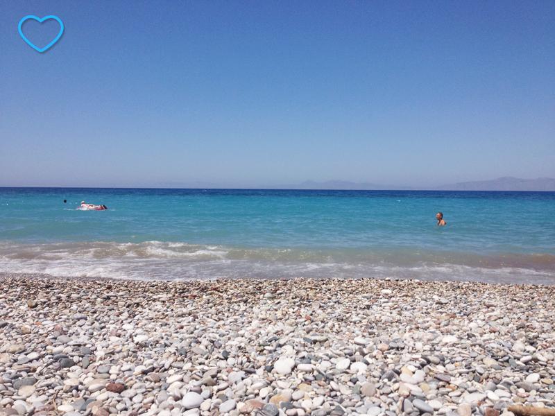 A praia onde se vêem as pedras.