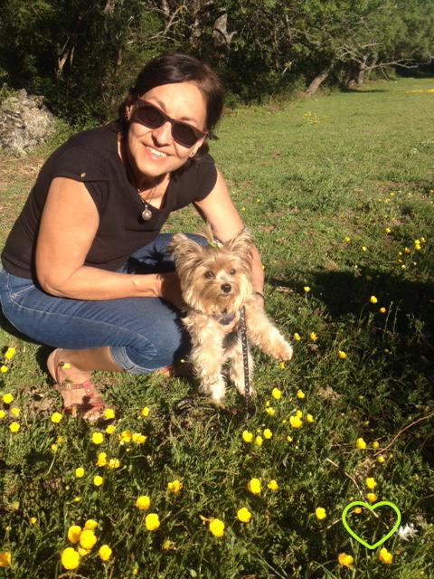 Mamãe e Lupe em um campo de margaridinhas.