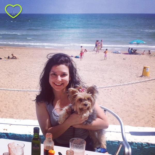 Lupe e eu numa praia em Oliva, Espanha.